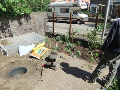 Na de lunch: andere planten weer teruggezet en kuil gegraven voor vijver