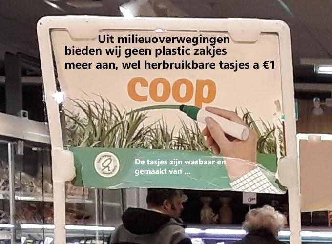 Plastic zakjes op groente en fruit afdeling